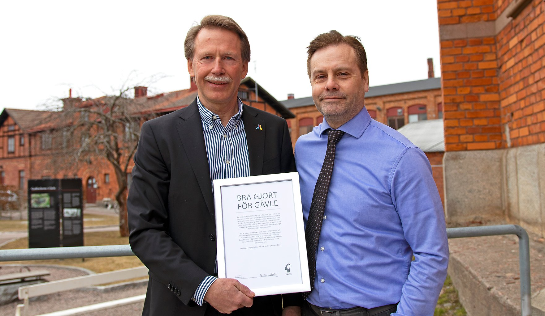 Pro-Vice-Chancellor Lars Bengtsson and Magnus Isaksson, professor in electronics received the prize.